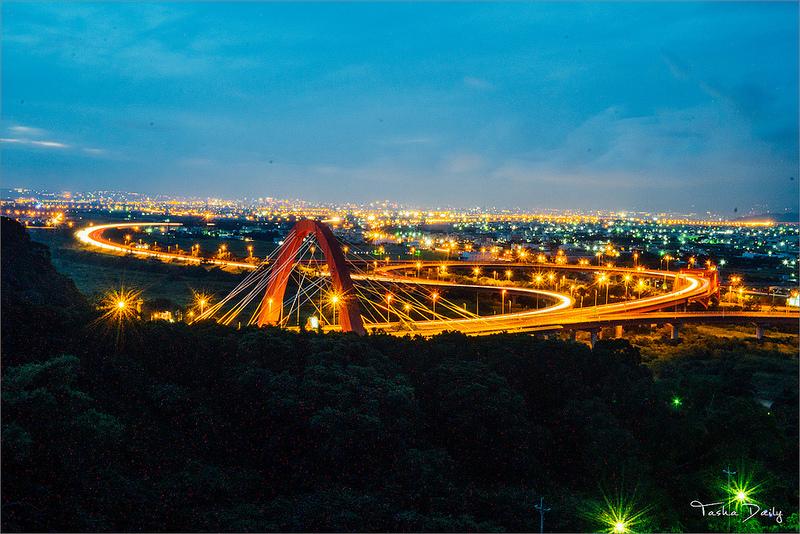 南投市旅遊︱八卦山隧道口.76快速道路、國道三號交織金黃車流、閃耀夜景