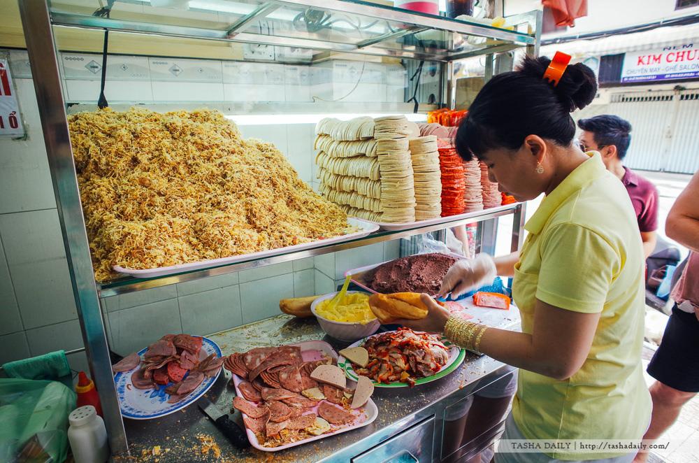 胡志明市美食︱Bánh Mì Huỳnh Hoa.跟著人潮吃越南、用料無敵豐富的法式麵包